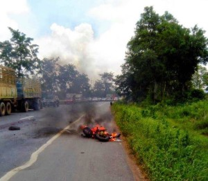 biker-crash-ride-catche-fire-intestines-spill-road-thailand-02