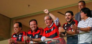 eduardo-cunha-acompanha-jogo-do-flamengo-em-um-camarote-do-estadio-mane-garrincha-1462979747868_615x300