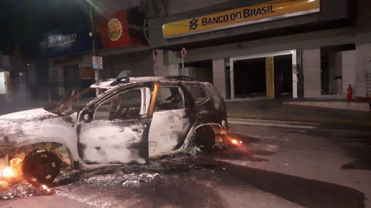 Criminosos explodem caixas eletronicos e queimam carros em Macaiba